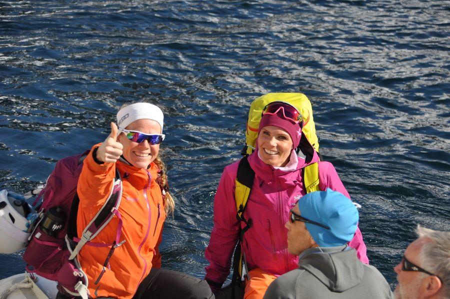 Siril y Aina camino de la orilla