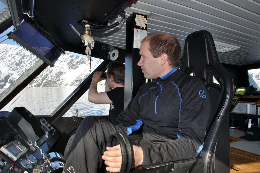 Havard y Lasse muy atentos al mar, observando las consecuencias del gran alud...