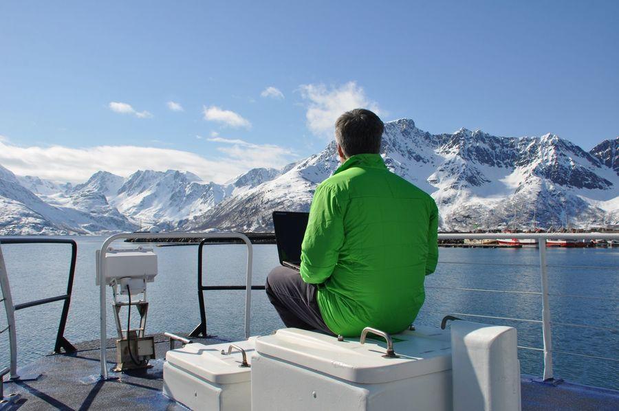 El autor en plena inspiración en la cubierta del barco…la montaña de delante, tapada por la cabeza, es la línea de Axel Lund