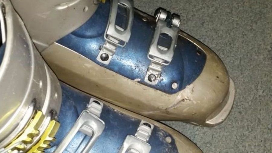 Botas de esquí tiradas y cortadas en Bariloche