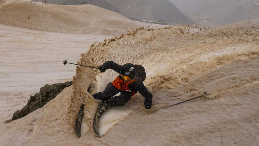 Aymar Navarro esquiando en la nieve del sáhara de Baqueira beret