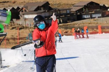 Un tubular para esquiadores con máscara anti-COVID incorporada