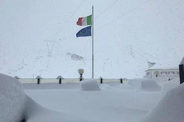Passo Stelvio cierra la temporada de esquí por exceso de nieve