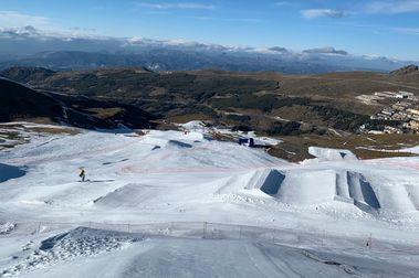 Sierra Nevada trabaja en su efímera pista de Snowboardcross