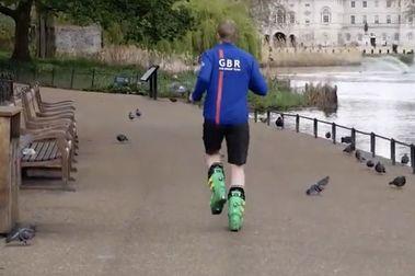 Nuevo récord del mundo de... correr una maratón con botas de esquí!