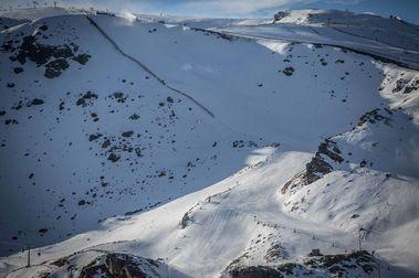 Las negras de Sierra Nevada empiezan a abrirse a los esquiadores