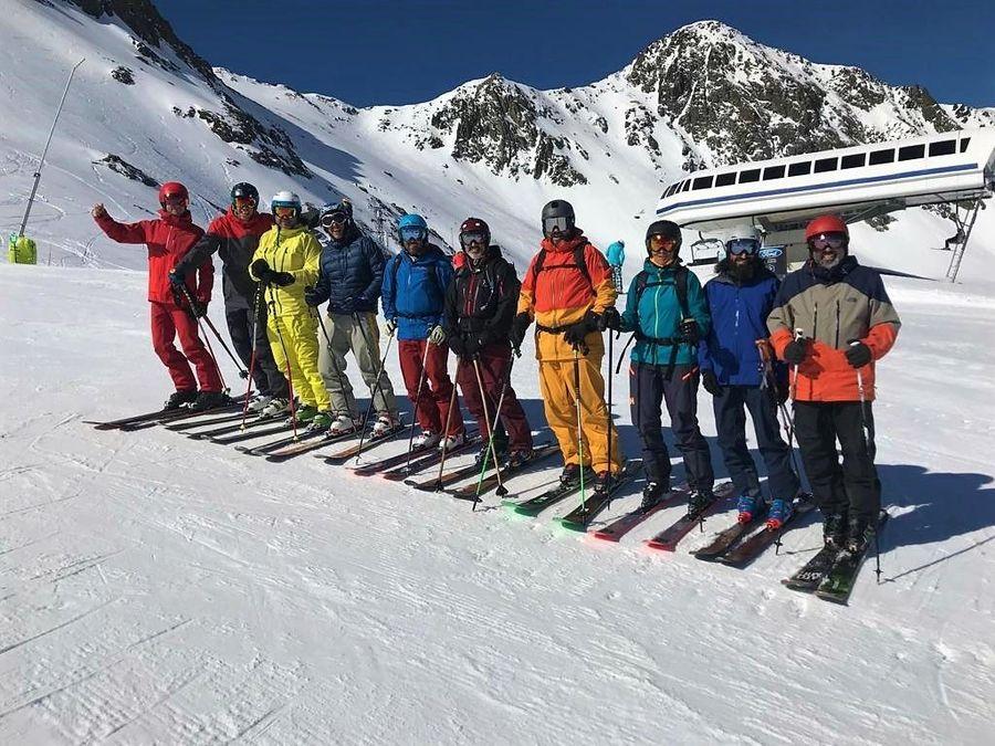 Amigos esquiadores