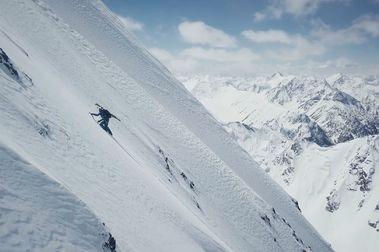 Andrzej Bargiel hace la primera esquiada del Yawash Sar II y nos deja imágenes increíbles