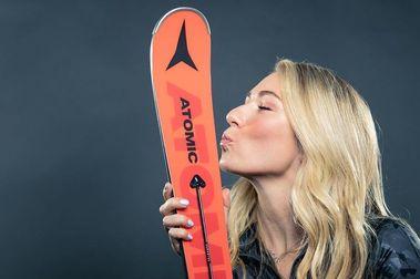 Mikaela Shiffrin continuará ganando dos años más con esquís y botas Atomic
