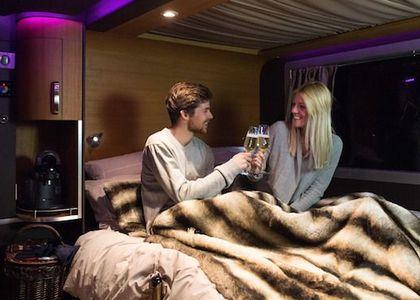 Dormir con tu pareja en un pisanieve de lujo en medio de la montaña