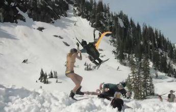 Chica en bikini a punto de ser decapitada con unos esquís