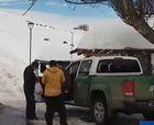 No faltan los porfiados que intentan subir a la nieve
