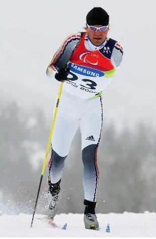 Fotografía de un esquiador de esquí de fondo de la categoría de pie en pista