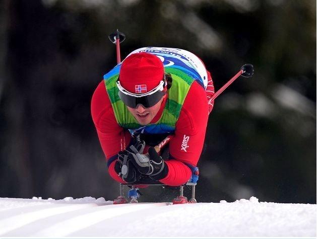 Fotografía de un esquiador de esquí de fondo de la categoría sentado en pista