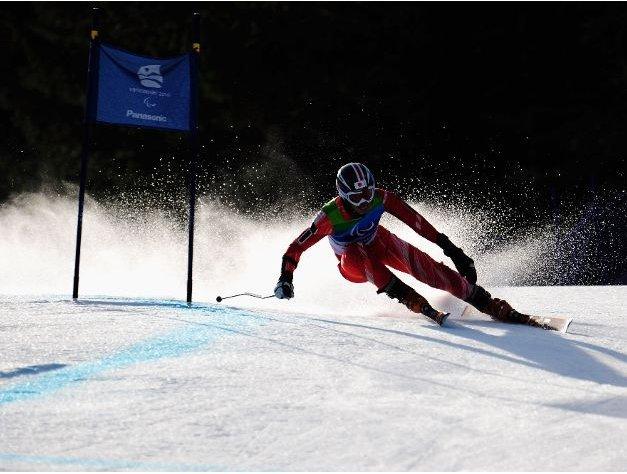 Fotografía de un esquiador de esquí alpino en pista