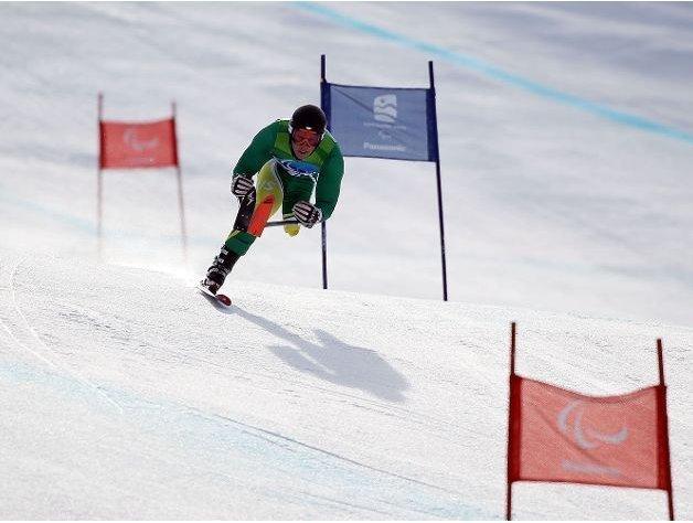 Fotografía de un esquiador de esquí alpino amputado de la pierna izquierda en pista