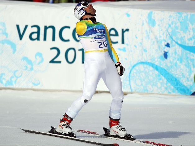 Fotografía de un esquiador de esquí alpino amputado del brazo derecho en meta