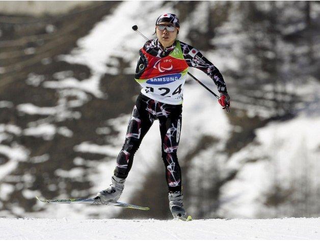 Fotografía de un esquiador de esquí de fondo amputado del brazo derecho en pista