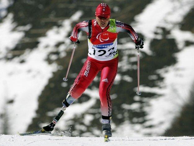 Fotografía de un esquiador de esquí de fondo amputado de la pierna derecha y con prótesis en pista