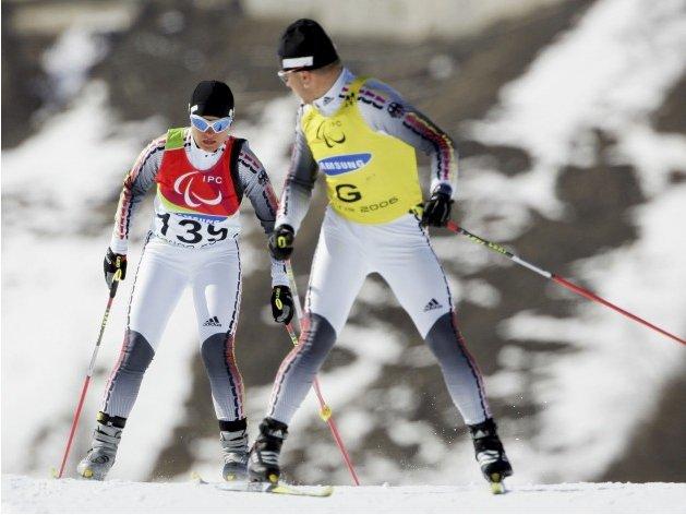 Fotografía de un esquiador de esquí de fondo de la categoría deficientes visuales en pista