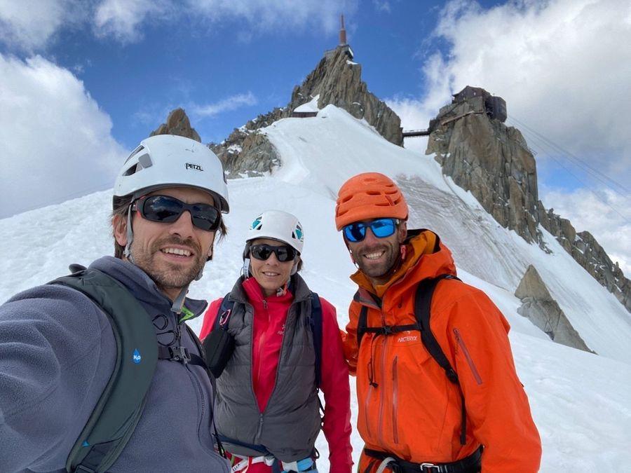 Pablo Herraez (guía de montaña), mi hermano y yo tras bajar la arista de nieve con la Aiguille du Midi a la espalda