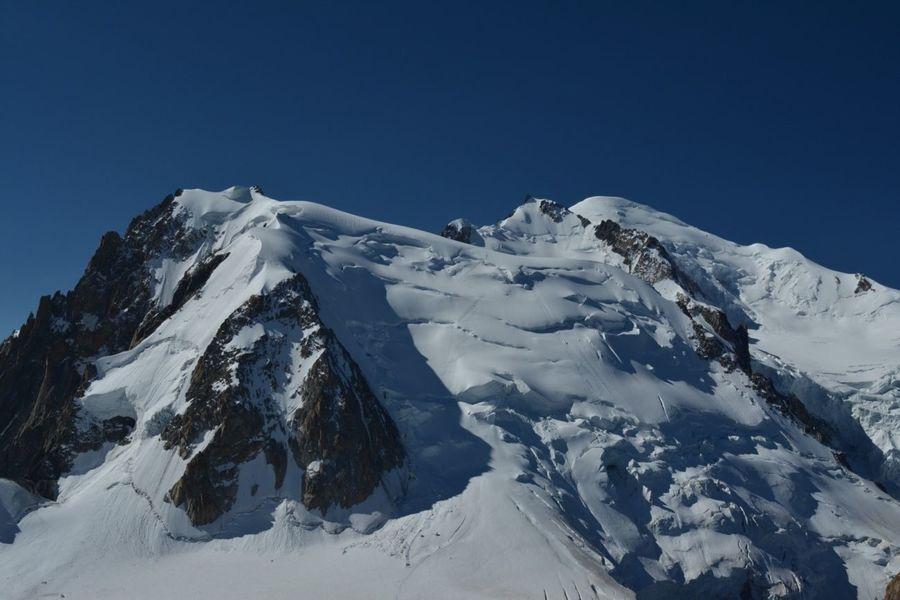 Vistas desde la Aiguille du Midi, de izquierda a derecha, en primer plano el MontBlanc de Tacul, a la derecha el MontMaudit, y más a la derecha se deja ver la cumbre redondeada del MontBlanc