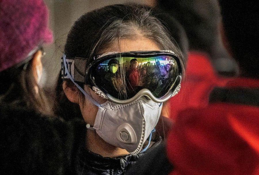 Esquiador con mascarilla para covid
