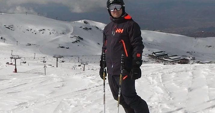 Posturas elegantes sobre unos esquís [vídeo]