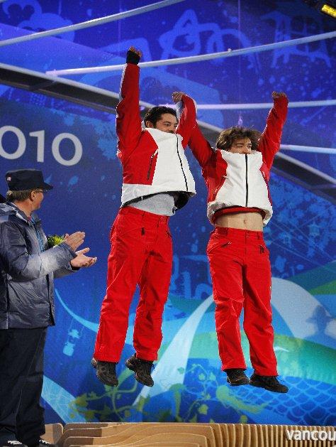 Fotografía de Jon y Miguel saltando en el podio