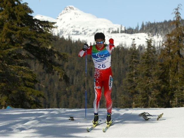 Fotografía de un participante de esquí de fondo amputado del brazo izquierdo en pista