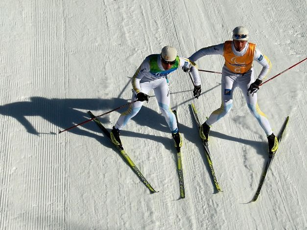 Fotografía de un participante de esquí de fondo ciego con su guía en pista