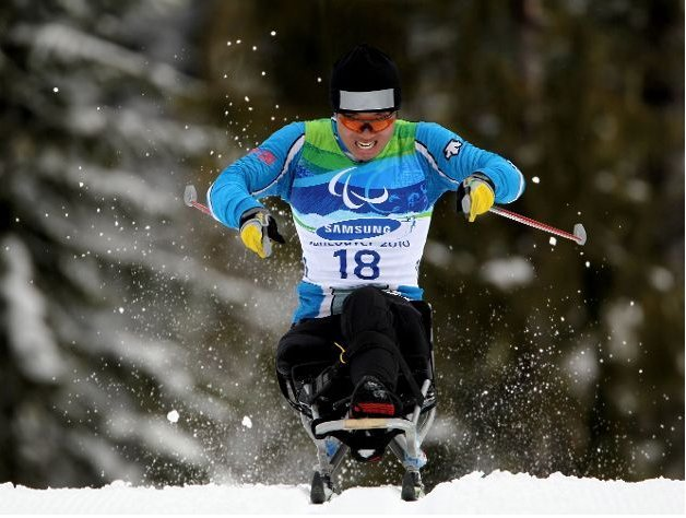 Fotografía de un participante de esquí de fondo en silla en pista