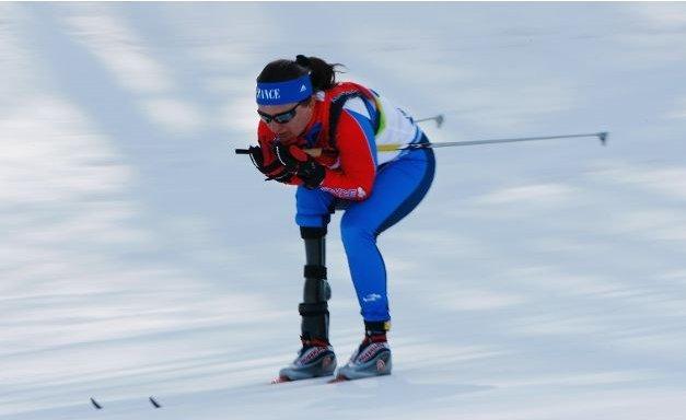 Fotografía de una participante de esquí de fondo amputada de la pierna derecha en pista