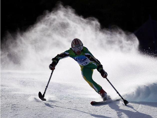 Fotografía de un participante de esquí alpino amputado de la pierna izquierda en un descenso