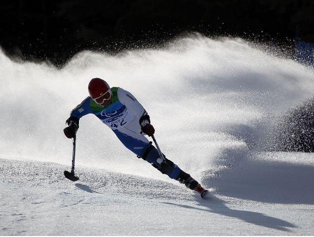 Fotografía de un participante de esquí alpino amputado de la pierna derecha en un descenso