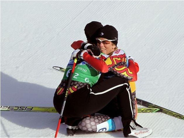 Fotografía de un participante de esquí de fondo ciego abrazado a su guía en la pista