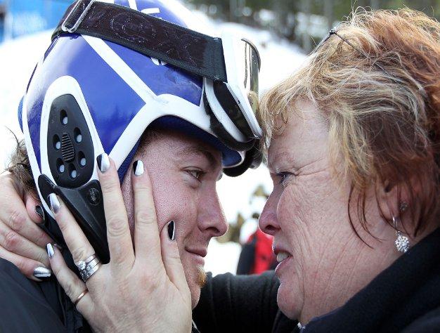 Fotografía de Adam Hall abrazado a su madre
