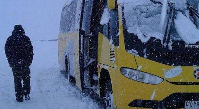 4 buses y 120 turistas atrapados en camino a Valle Nevado
