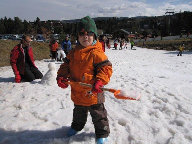 Fotografía de Dídac jugando en la nieve