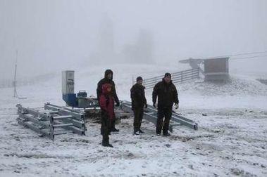 La nieve sorprende la colocación de la nueva cinta de Valgrande-Pajares