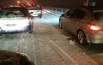 La nevada provoca un descomunal atasco en la AP-6