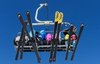 Le cae un esquí desde un telesilla en Austria y le da a una niña de México
