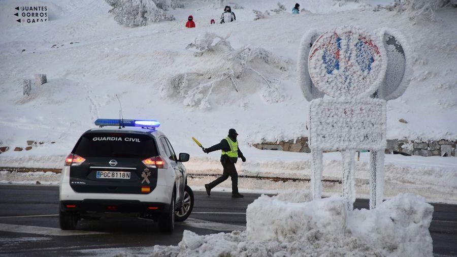 Guardia Civil en el aparcamiento de Navacerrada