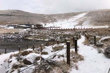 Afriski se prepara para abrir tras una nevada que le ha dejado tres centímetros de espesor