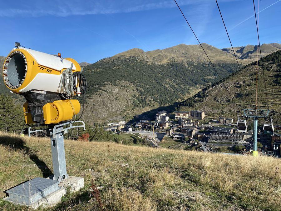 Instalaciones cañones de nieve en pista Avet de Soldeu Grandvalira