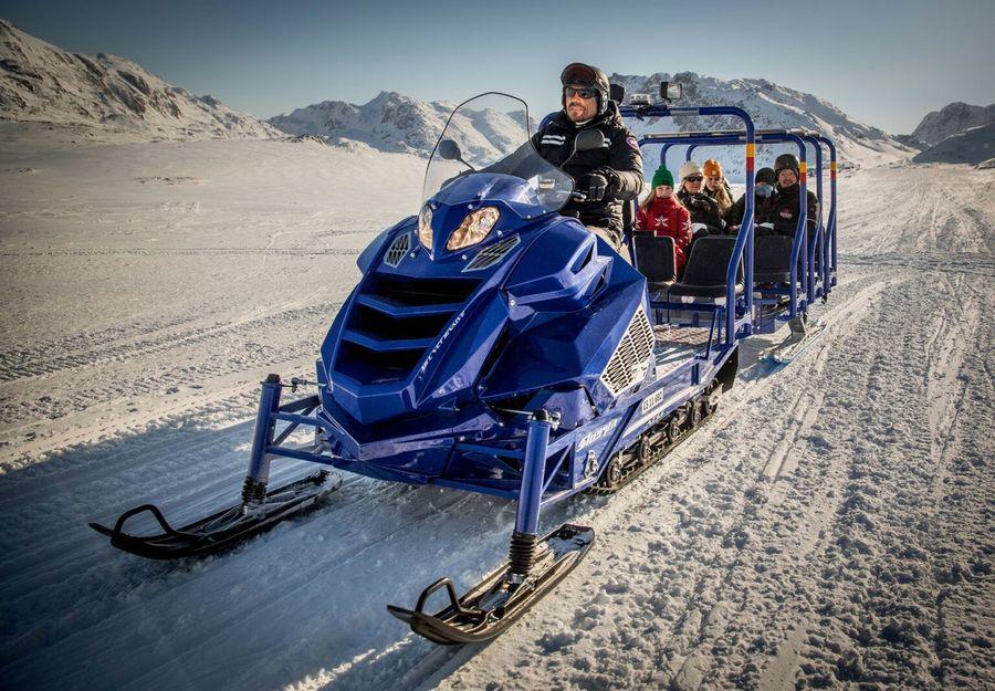 Sherpa Alpina Snowmobile transportando pasajeros por la nieve