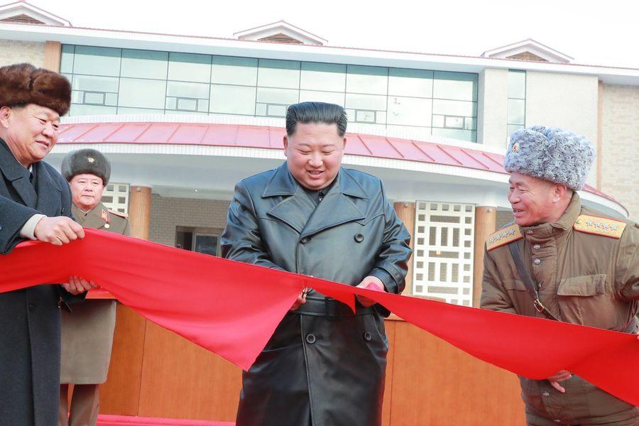 kin Jong Un inaugurando