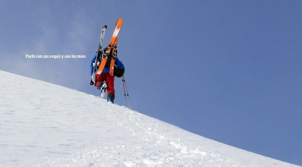 Pachi con sus esquís y con los míos