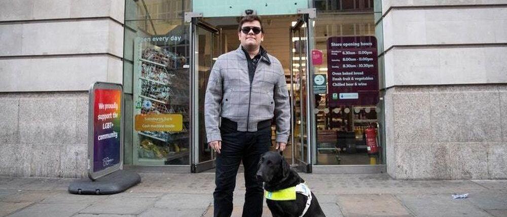 Impiden entrar a un esquiador ciego en un supermercado que le patrocina