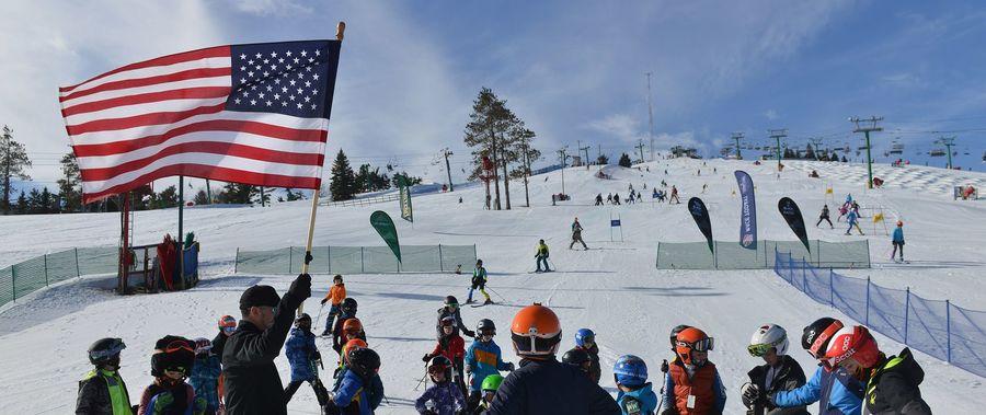 Bandera de los estados unidos en estacion de esqui